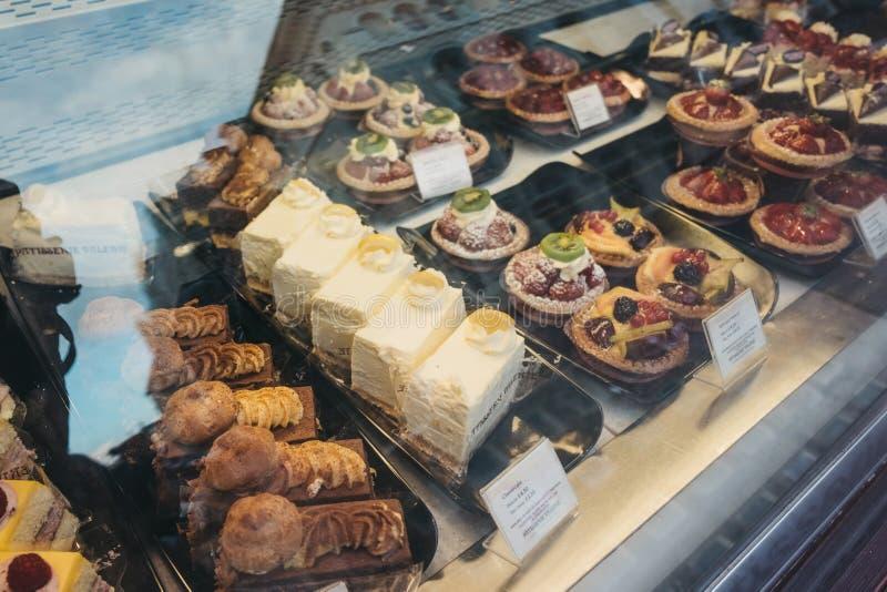 在法式蛋糕铺瓦莱丽,伦敦,英国窗口显示的蛋糕  库存图片