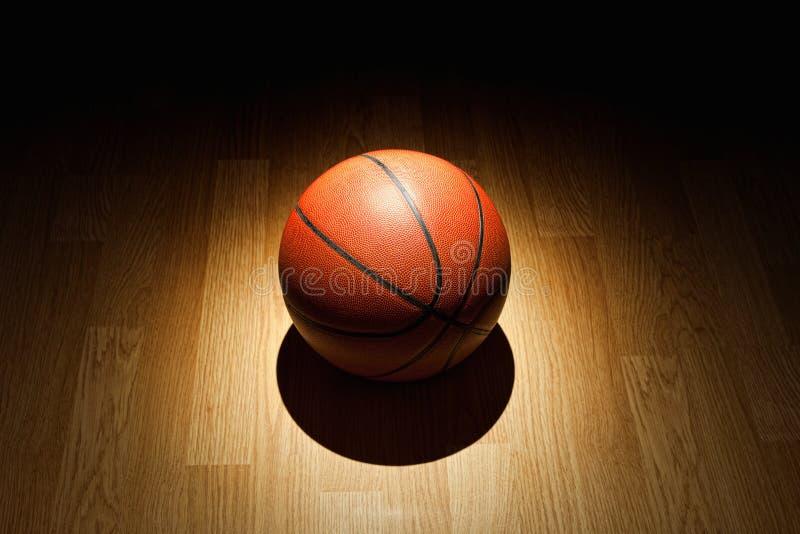 在法院的篮球 库存照片