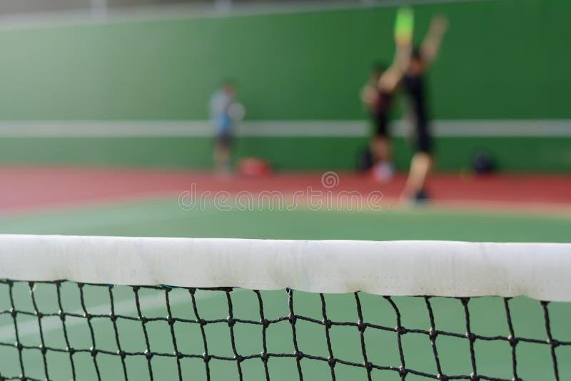 在法院背景的网球网 免版税图库摄影