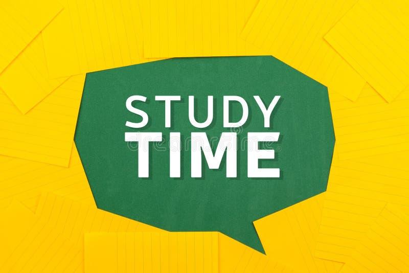 在泡影橙色纸的抽象白色学习时间文本在绿色背景 E 库存图片