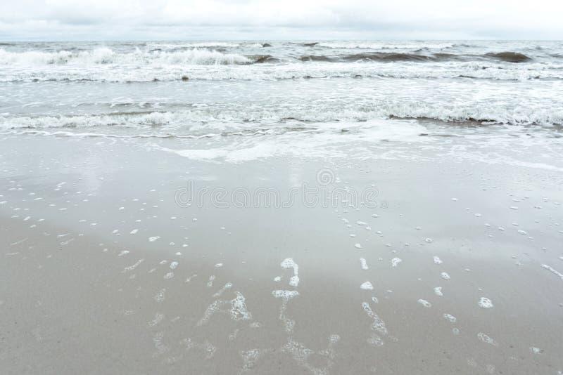 在波儿地克,蓝色定调子的海浪 库存照片