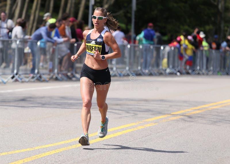 在波士顿马拉松2016年4月18日期间,精华妇女赛跑伤心欲绝小山在波士顿 库存照片