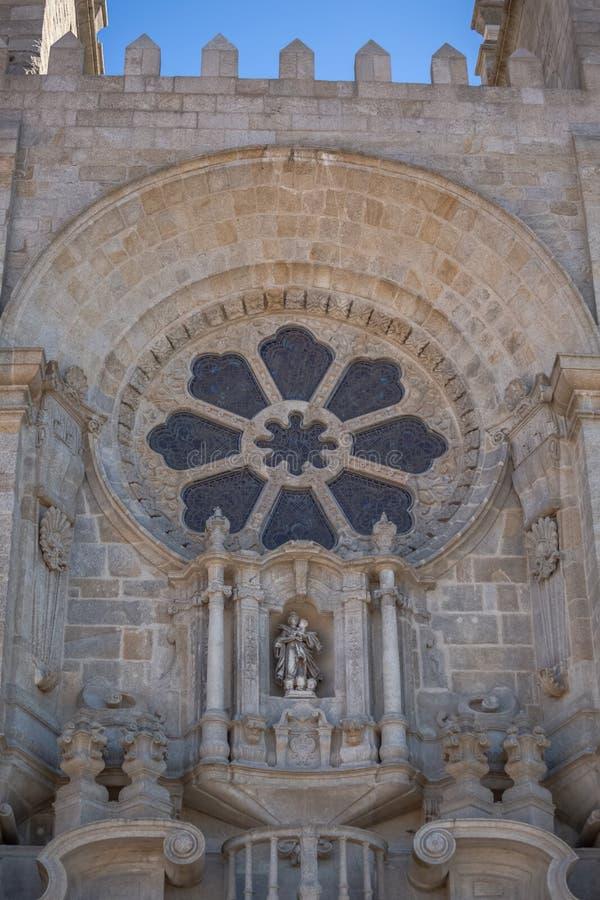 在波尔图主教座堂门面的图,Sé做波尔图,详细的被装饰的rosacea窗口 免版税图库摄影