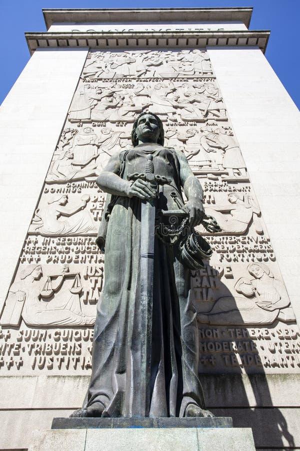在波尔图前面法院的女性雕象(法庭da Relacao做波尔图)在波尔图-葡萄牙 免版税库存图片