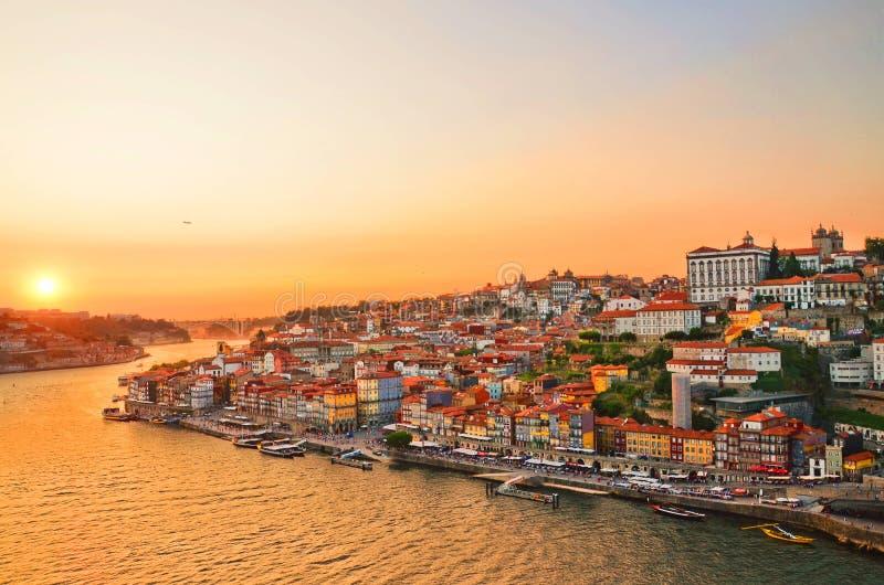 在波尔图市中心和杜罗河河,葡萄牙的日落 免版税库存照片