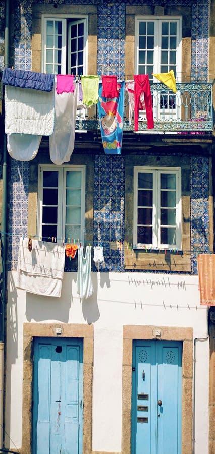在波尔图街道的干燥衣裳 库存图片