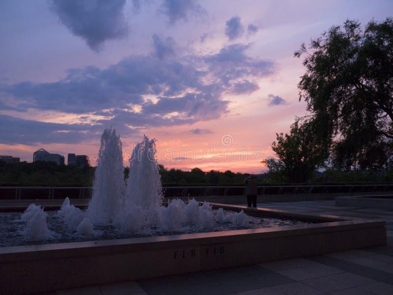 在波托马克河的日落在约翰・肯尼迪在华盛顿特区美国的艺术中心 免版税库存图片