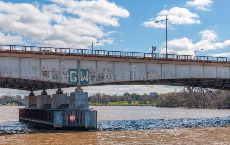 在波托马克河的西奥多・罗斯福桥梁在华盛顿D 图库摄影