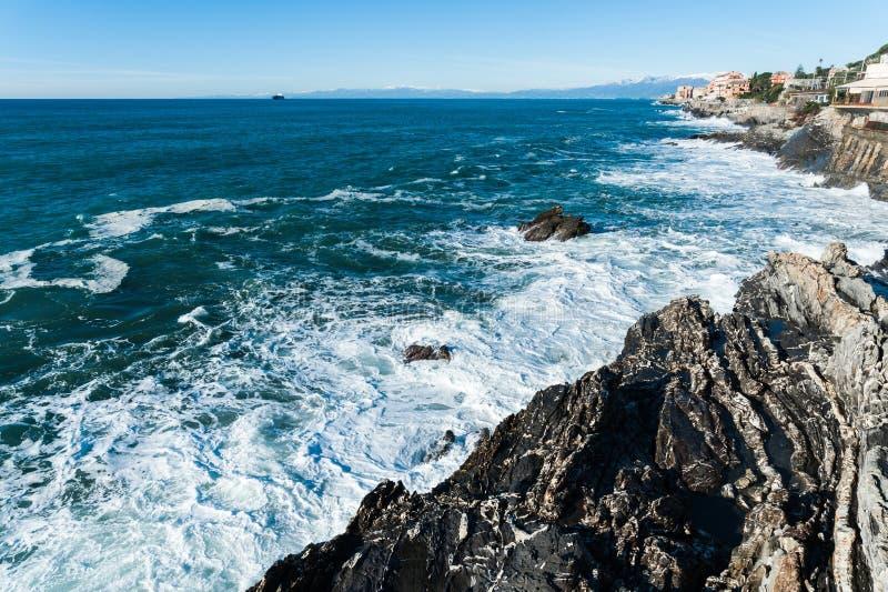 在波浪上,岩石 免版税库存图片