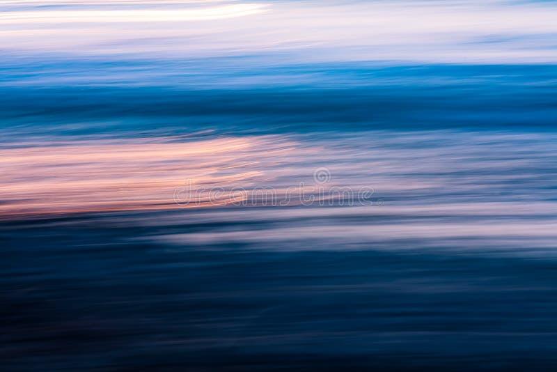 在波浪摘要的日落 图库摄影