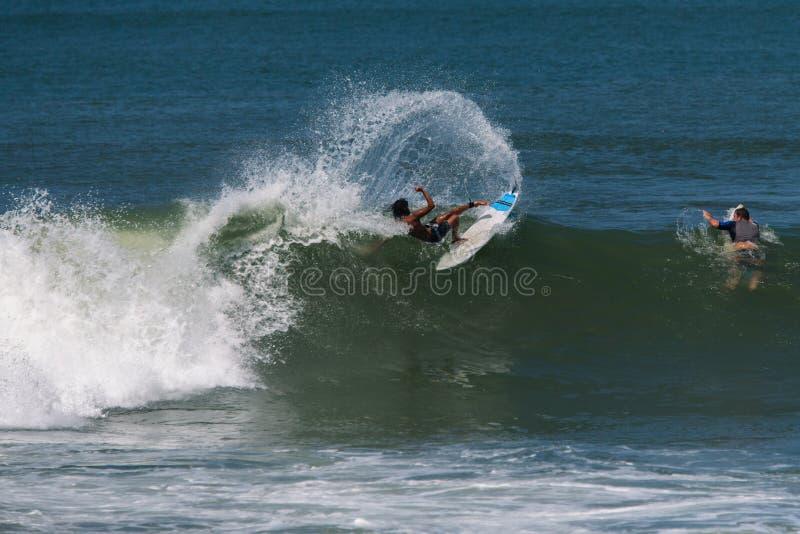 在波浪的冲浪者的崩溃 免版税库存图片