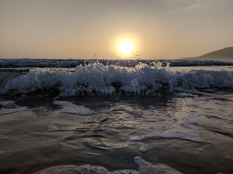 在波浪的日落 免版税图库摄影