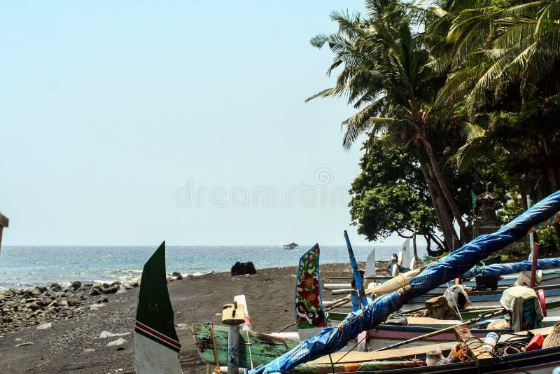 在波浪的渔船 印度尼西亚的海景 在旅行世界范围内 免版税库存照片