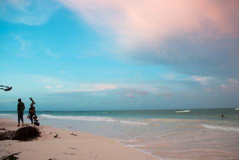 在波浪的热带桑给巴尔海滩日出 免版税库存照片