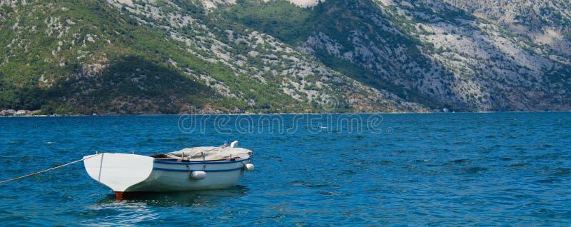在波浪的白色小船 库存照片