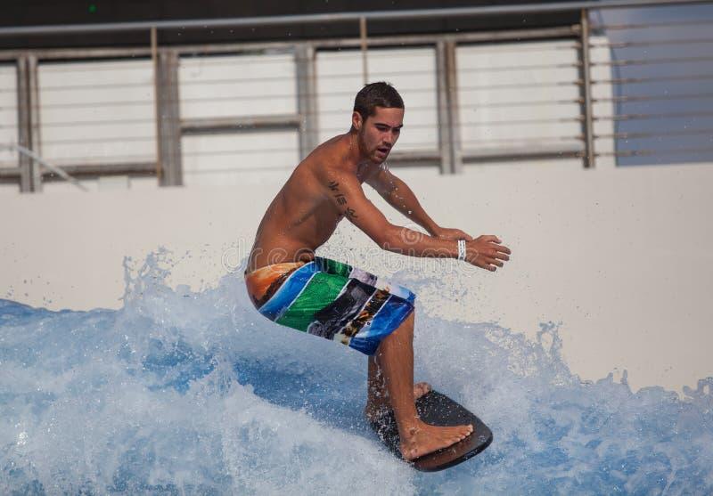 在波浪议院圣淘沙的Flowboarding 免版税图库摄影