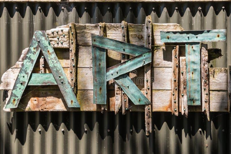 在波状钢篱芭的信件艺术 库存照片