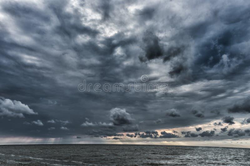 在波罗的海上的多云和风雨如磐的云彩在拉脱维亚 在海运somethere塔林附近的波儿地克的爱沙尼亚 晚上照片写真 广角 图库摄影