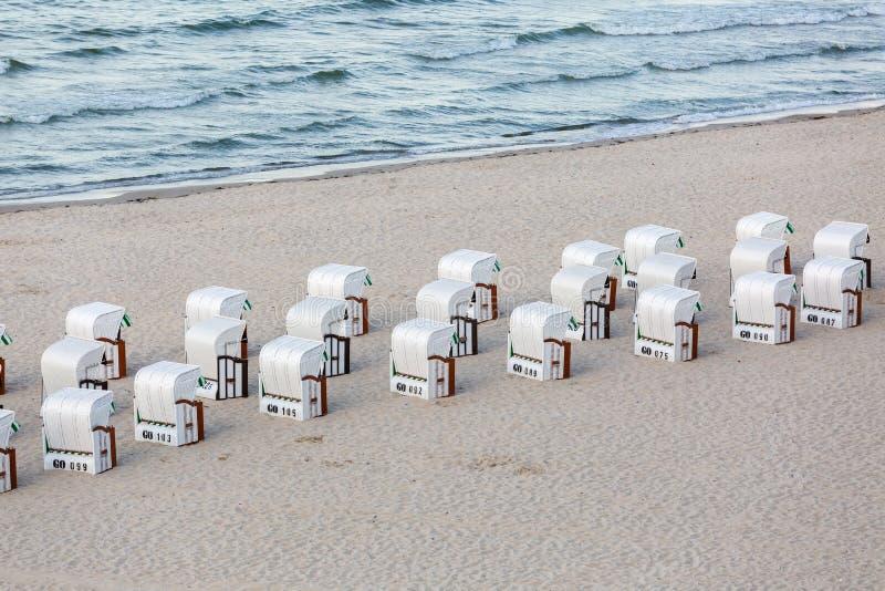 在波罗的海海岸的戴头巾海滩睡椅在鲁根岛,德国 免版税库存图片
