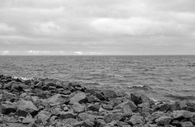 在波罗的海海岸的花岗岩岩石  免版税库存图片