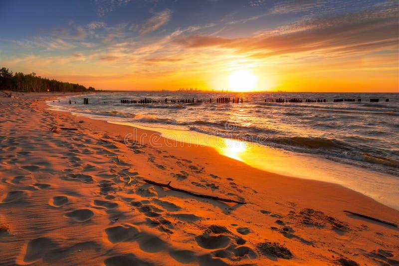 在波罗的海海滩的令人惊讶的日落 免版税库存照片