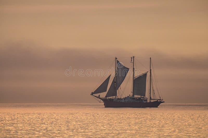 在波罗的海的一艘帆船日落光的 免版税库存图片