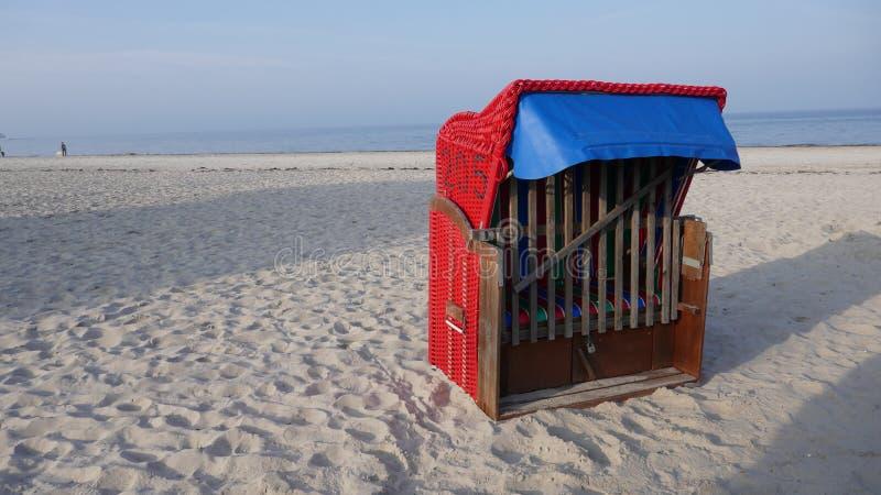 在波罗的海的偏僻的红色海滩睡椅 库存照片