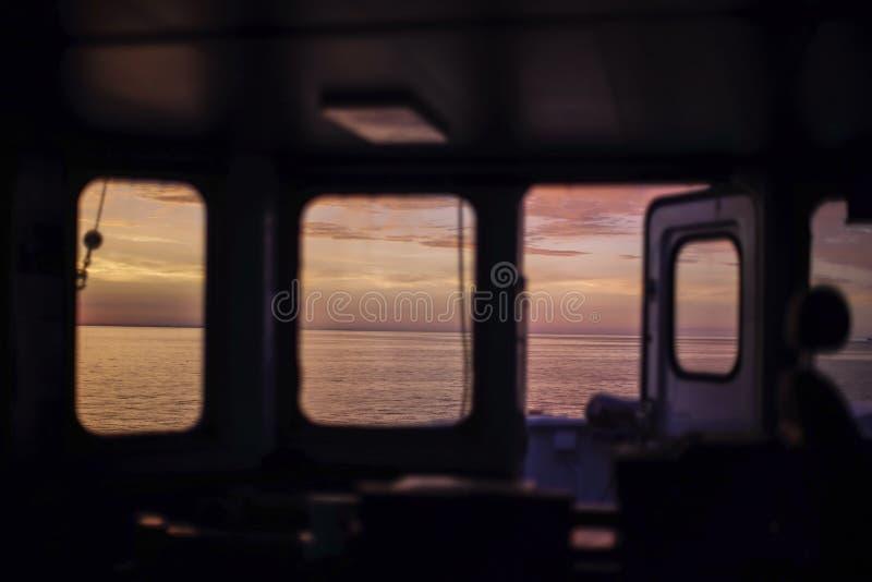 在波罗的海的美好的日出 从货轮桥梁的看法  在水手早晨四至八时的守望期间 ?? 库存照片