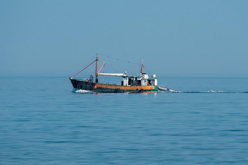 在波罗的海的鱼拖网渔船在一好日子 免版税库存照片