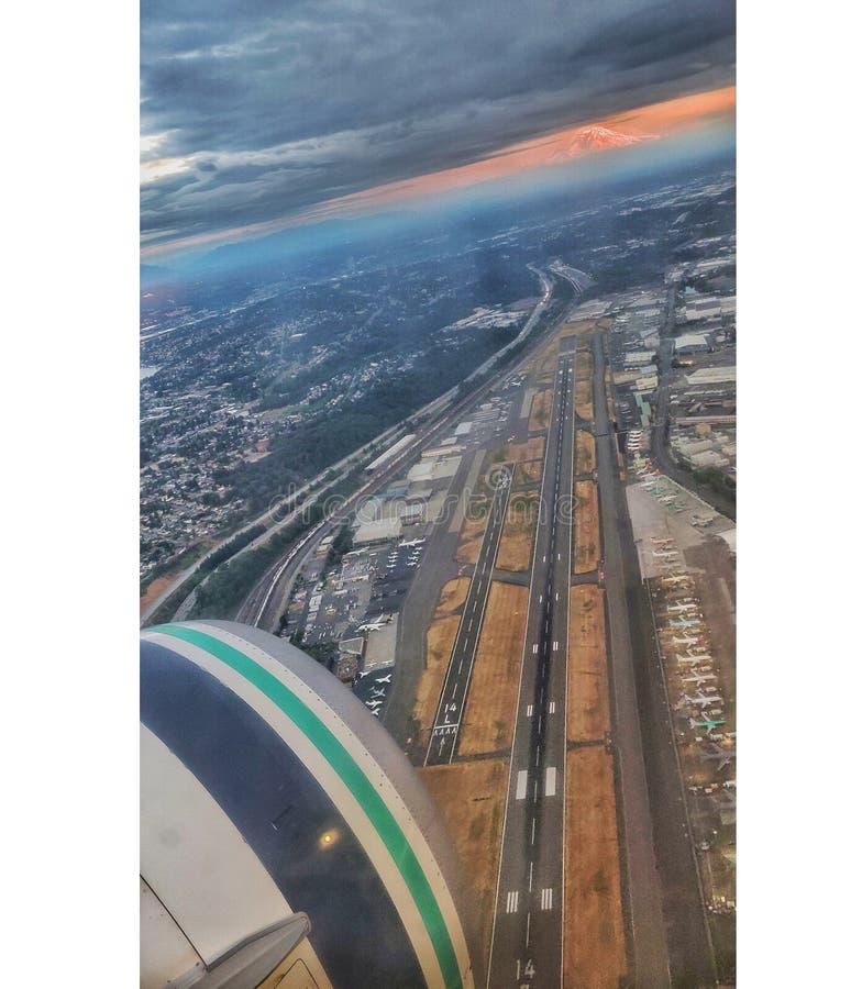 在波音领域在西雅图,从飞行的一个看法背景的芒特雷尼尔  免版税库存图片