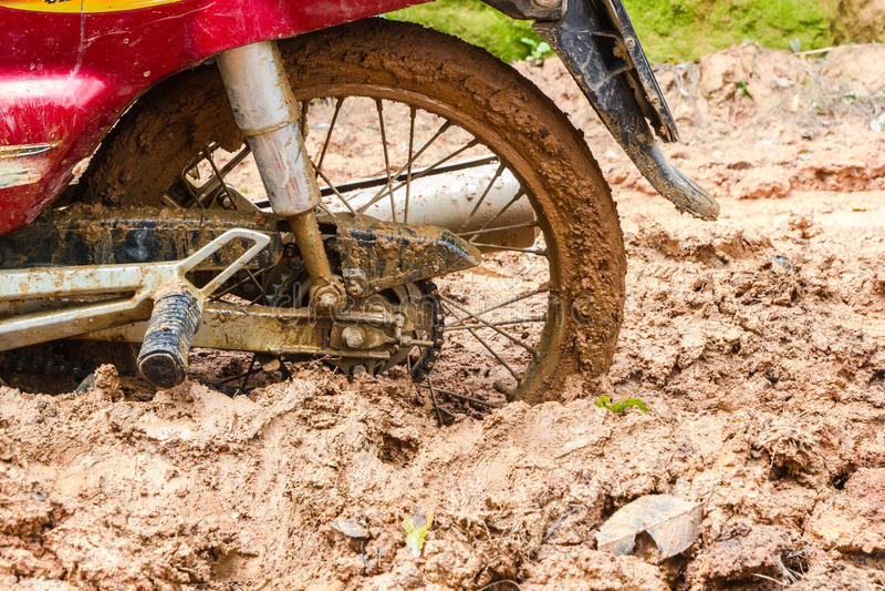 在泥地形区域的肮脏的越野轮胎在农村 免版税库存图片