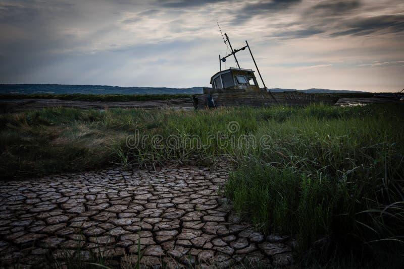 在泥的遗弃小船 库存图片
