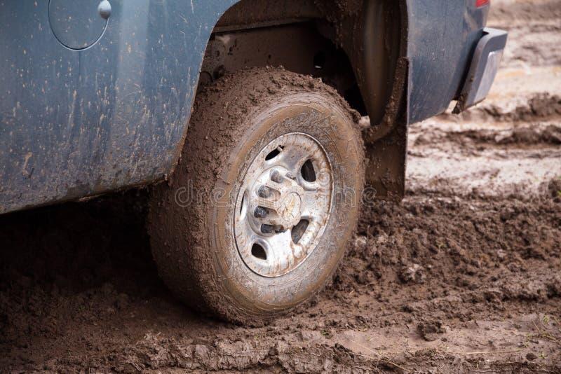 在泥的雪佛兰卡车 免版税库存图片