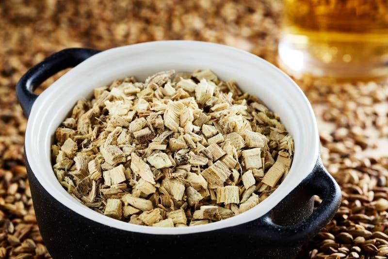 在泥罐的干橡木吠声,增加到酒在发酵工艺中 库存照片