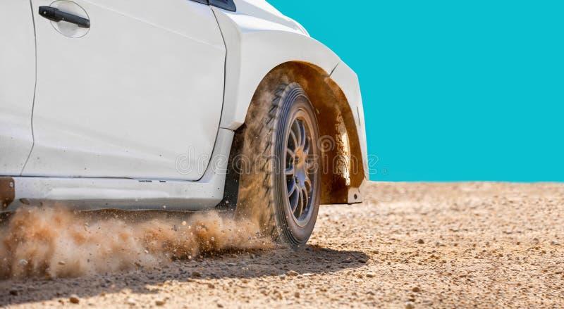在泥铺跑道的集会赛车 免版税库存图片