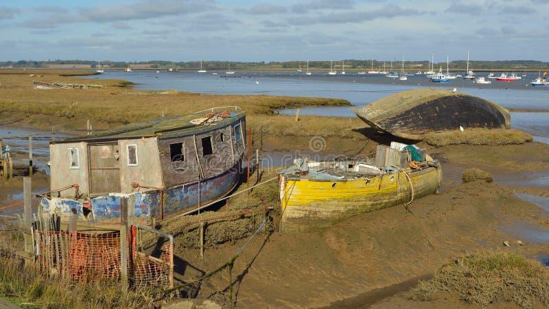 在泥滩的老废弃的木小船 库存照片