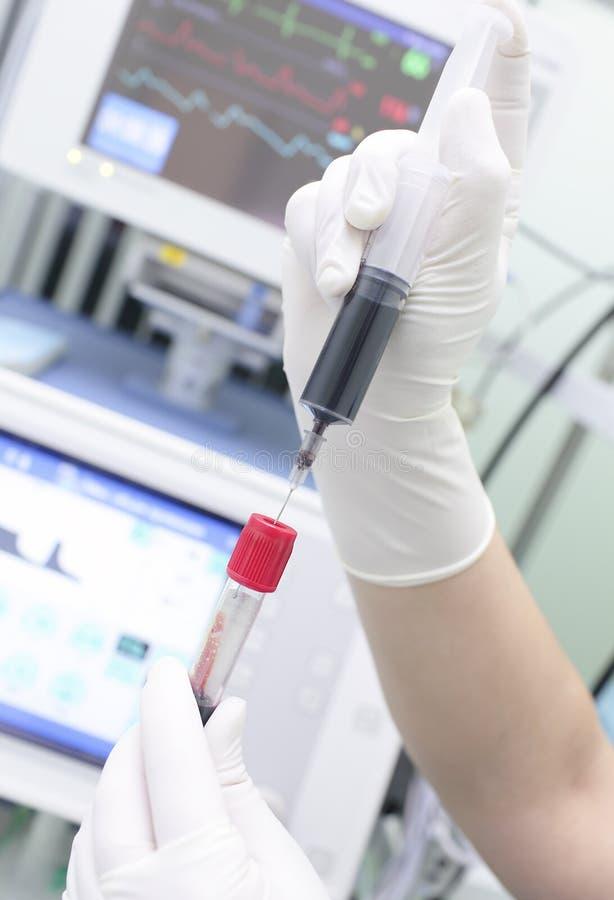 在注射器和试管的血液实验室的 免版税库存图片