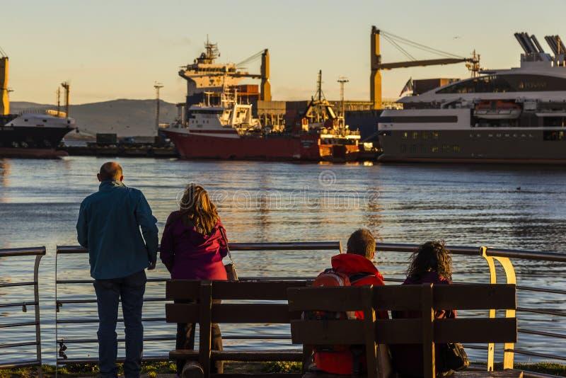 在注视着小船的日落的夫妇小猎犬频道 阿根廷ushuaia 库存图片