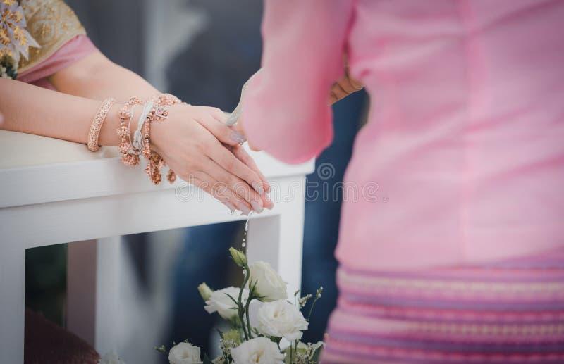 在泰国传统的婚礼 浇灌的仪式 葡萄酒 免版税图库摄影