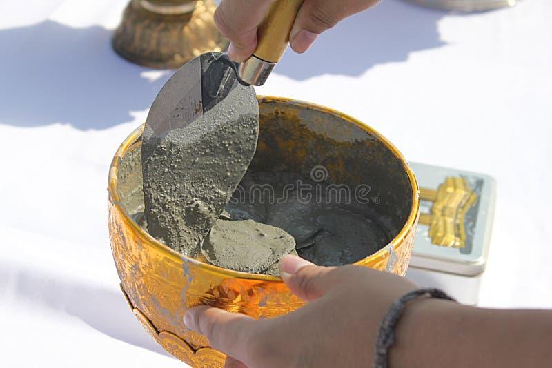 在泰国崇拜基础仪式的第一柱子设施的准备 免版税库存照片