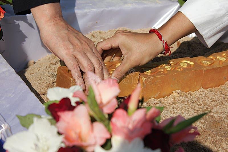 在泰国崇拜基础仪式的第一柱子设施的准备 库存照片