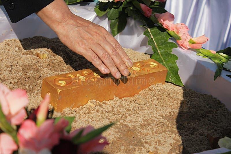 在泰国崇拜基础仪式的第一柱子设施的准备 库存图片