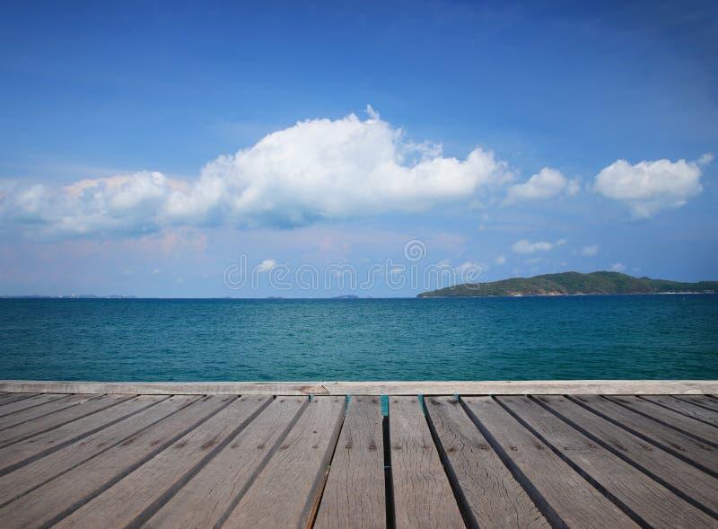 在泰国放松时间木地板和美好的海背景 图库摄影