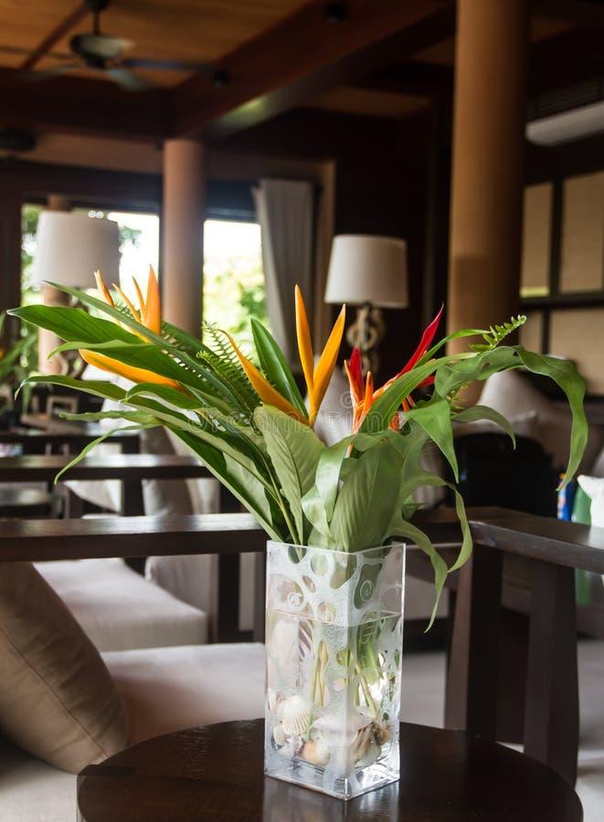 在泰国样式的现代内部与花花束  免版税图库摄影