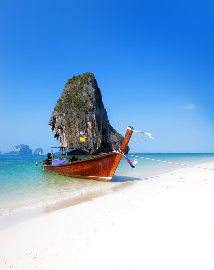 在泰国海岛海滩的旅行小船。热带海岸亚洲landsc 免版税图库摄影