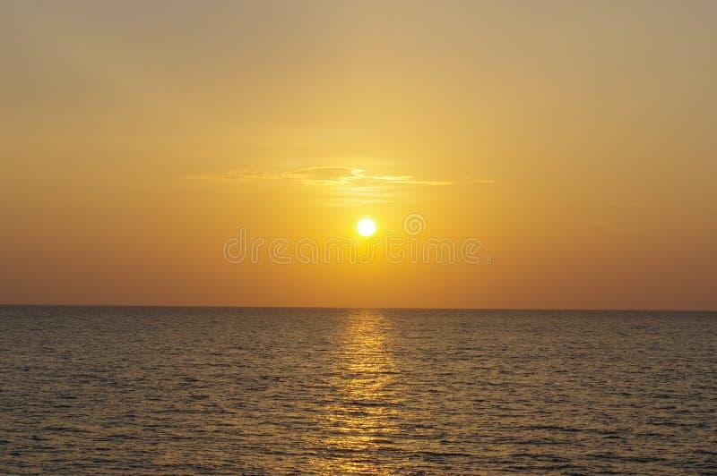 在泰国的海的红色和橙色紫色日落 免版税图库摄影