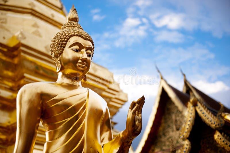 在泰国菩萨寺庙的金黄菩萨雕象。 免版税库存照片