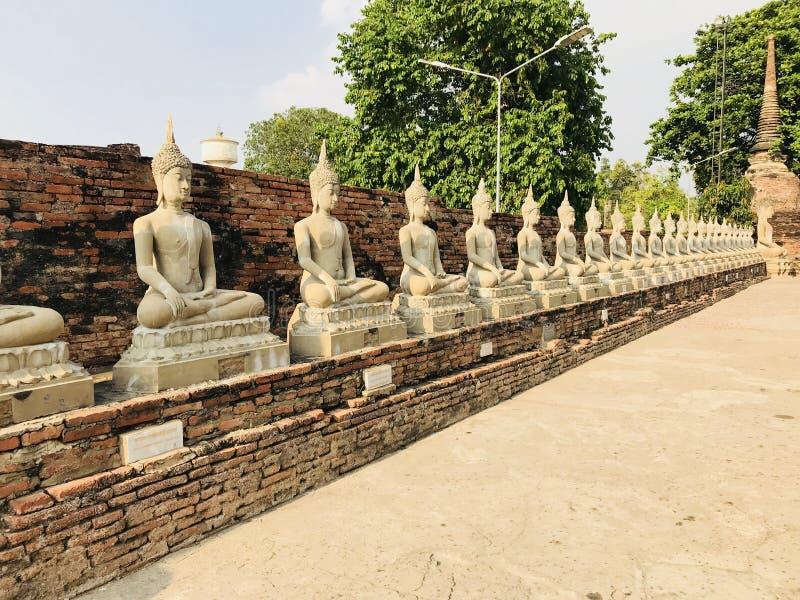 在泰国菩萨雕象的古庙 库存照片