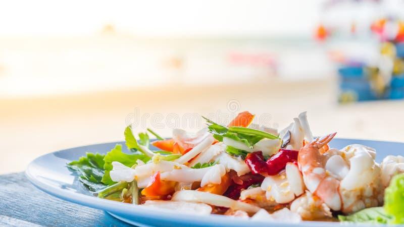 在泰国街道食物的辣海鲜沙拉 免版税库存照片