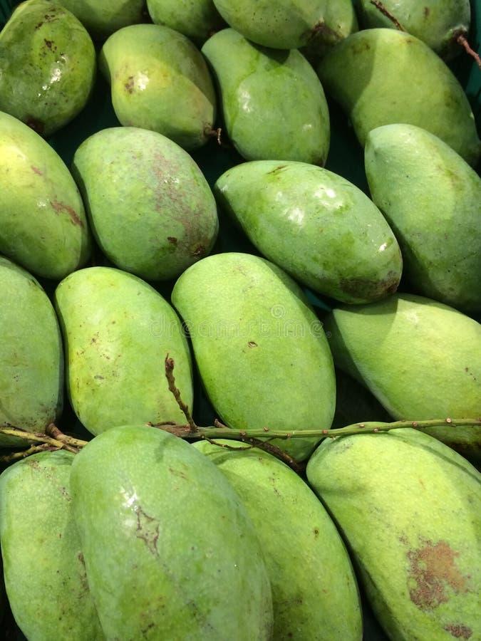 在泰国超级市场街道上隔绝的绿色芒果 库存照片